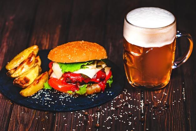 Hausgemachte köstliche, köstliche beef burger mit salat und bier