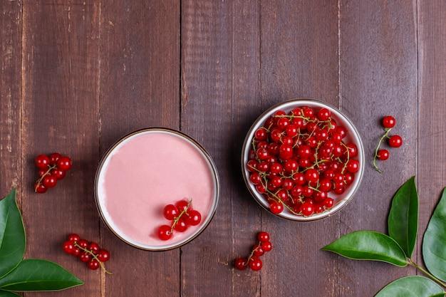 Hausgemachte köstliche rote johannisbeerglasur mit frischen roten johannisbeeren.