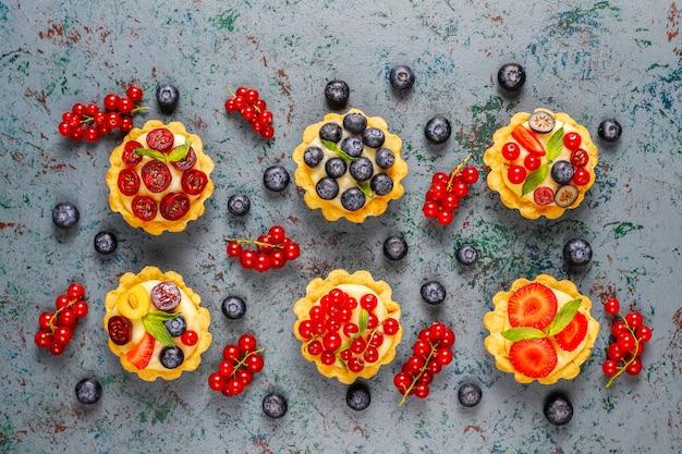 Hausgemachte köstliche rustikale sommerbeerentörtchen.