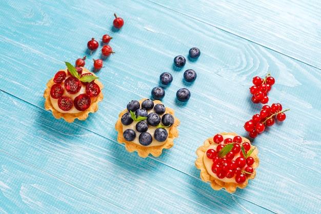 Hausgemachte köstliche rustikale sommerbeerentörtchen