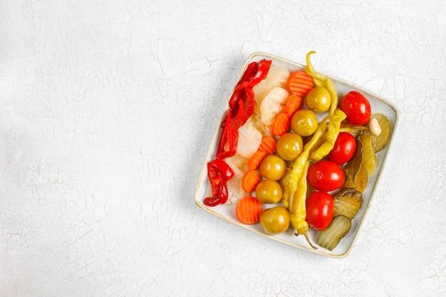 Hausgemachte köstliche und organische gemischte gurken.
