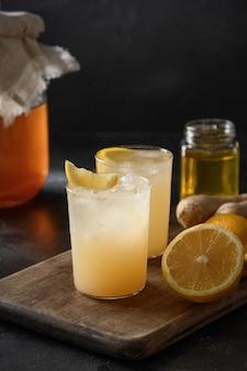 Hausgemachte kombucha gesundes leckeres getränk in flasche und glas mit zitronengarnitur minze