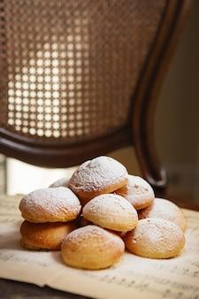 Hausgemachte kränzchen auf dem notenblatt mit noten