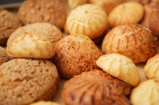 Hausgemachte kränzchen auf dem notenblatt mit noten.
