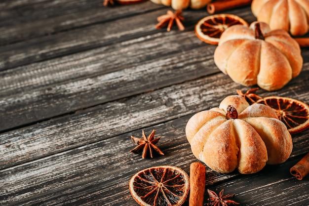 Hausgemachte kuchen in form von kürbis und getrockneten orangen