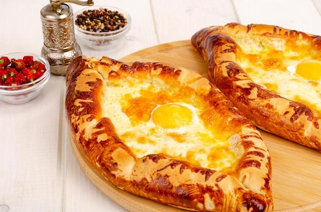 Hausgemachte kuchen khachapuri mit käse und ei