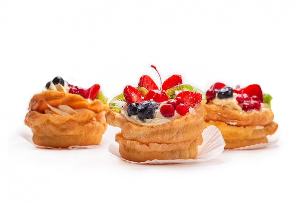 Hausgemachte kuchen mit sahne und früchten isoliert