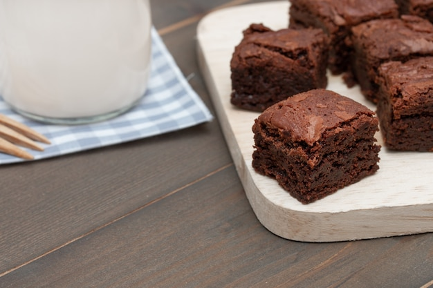 Hausgemachte kuchen schokolade brownies und milch