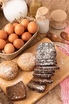 Hausgemachte kuchen, schwarzbrot mit zusatz von müsli und samen.