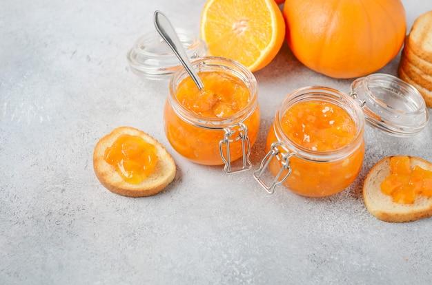 Hausgemachte kürbis- und orangenkonfektion in gläsern.