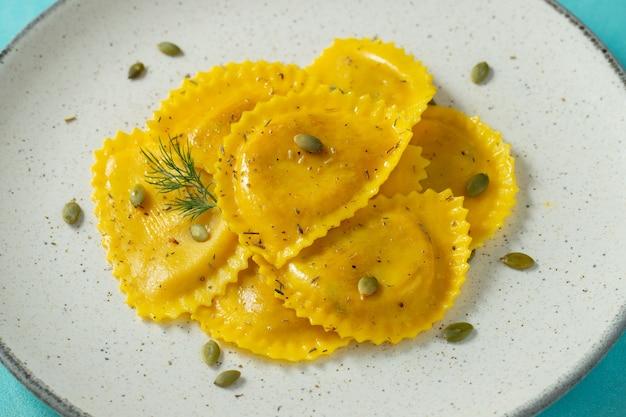 Hausgemachte kürbisravioli mit butter.