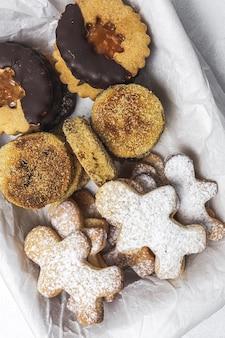 Hausgemachte lebkuchen, zimt und schokoladenplätzchen