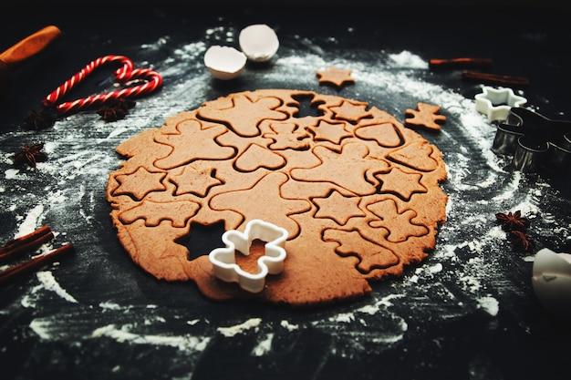 Hausgemachte lebkuchenplätzchen kochen. traditionelles hausgemachtes weihnachtsgebäck. selbstgemachte lebkuchenplätzchen machen. festliche atmosphäre, hausmannskost.
