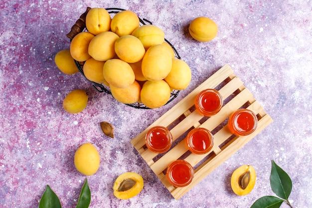 Hausgemachte leckere aprikosenmarmelade mit frischen aprikosenfrüchten
