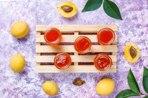 Hausgemachte leckere aprikosenmarmelade mit frischen aprikosenfrüchten.