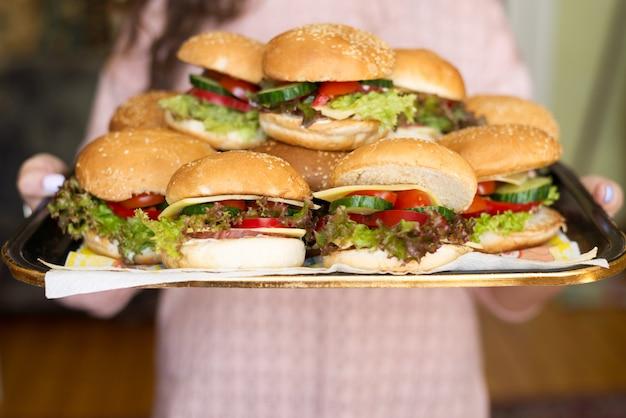 Hausgemachte leckere hamburger mit rindfleisch, käse und karamellisierten zwiebeln. street food, fast food. exemplar