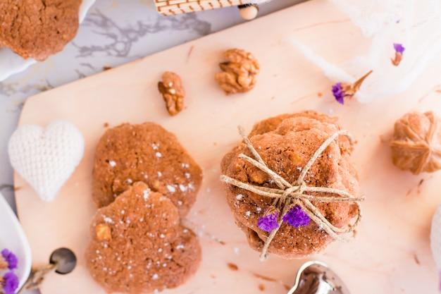 Hausgemachte leckere kekse mit schokolade und nüssen. draufsicht