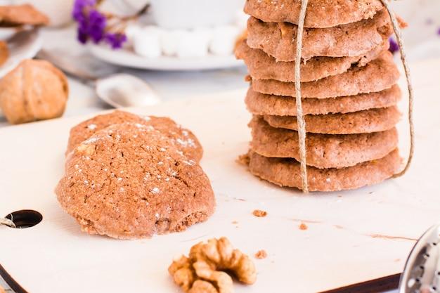 Hausgemachte leckere kekse mit schokolade und nüssen