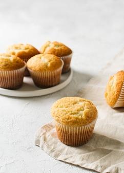 Hausgemachte leckere miffins auf weißem hintergrund, kopierraum, draufsicht, vertikal