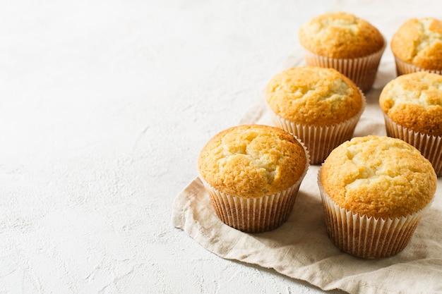 Hausgemachte leckere miffins auf weißem hintergrund, kopierraum, draufsicht
