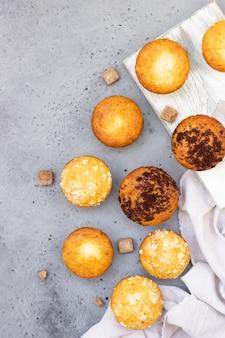 Hausgemachte leckere muffins und muffins mit streusel