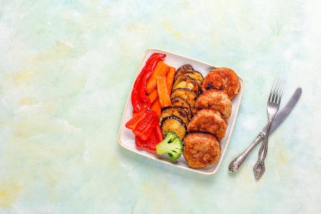 Hausgemachte leckere schnitzel mit gebratenem gemüse.