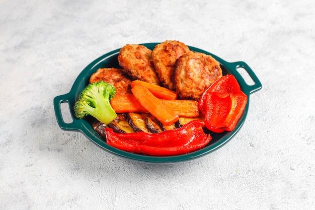 Hausgemachte leckere schnitzel mit geröstetem gemüse.