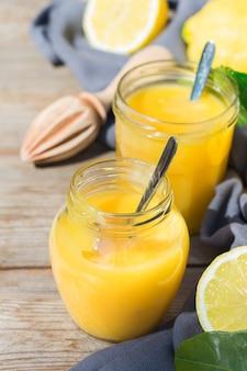 Hausgemachte lemon curd puddingcreme mit gelben früchten