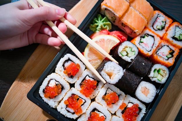 Hausgemachte lieferung von lebensmitteln, sushi und brötchen
