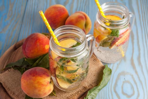 Hausgemachte limonade aus reifen pfirsichen und kalter frischer minze.