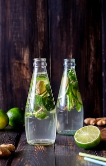 Hausgemachte limonade mit limette, minze und ingwer. kalte getränke. gesundes essen. diät.