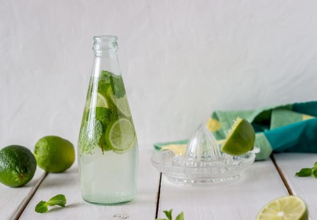 Hausgemachte limonade mit limette und minze.