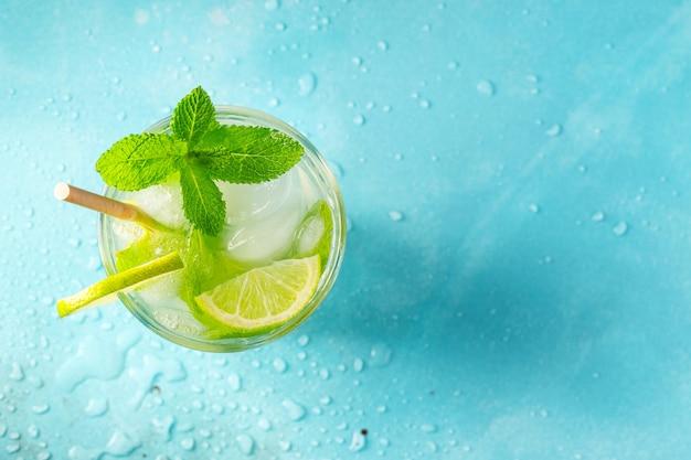 Hausgemachte limonade mit limette