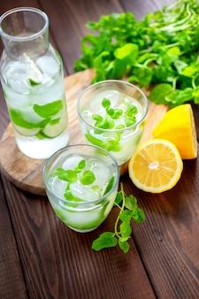 Hausgemachte limonade mit minze und zitrone