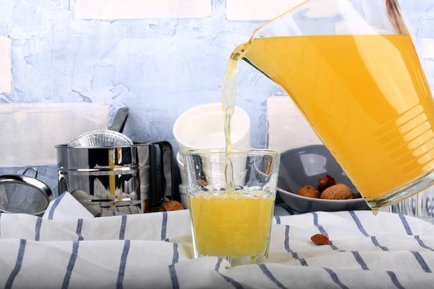 Hausgemachte limonade orangen, mandarinen, rosinen, kreuzkümmel, getrocknete aprikosen, honig