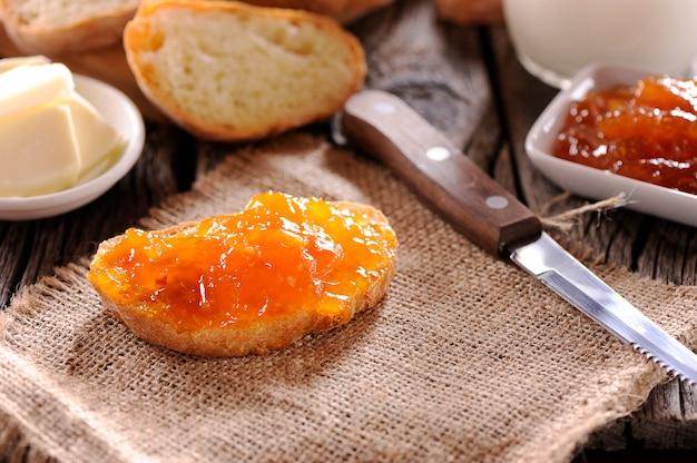 Hausgemachte marmelade aus brot und orange auf holztisch