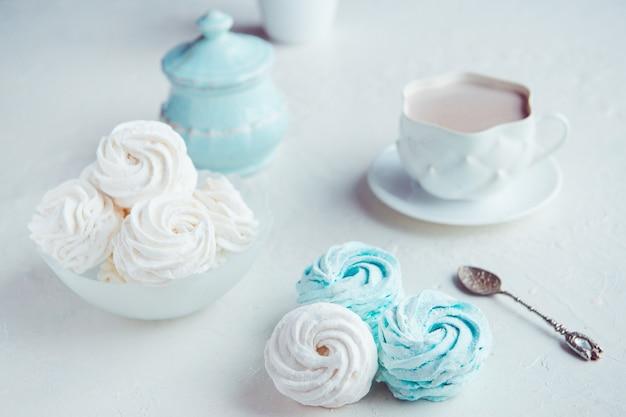 Hausgemachte marshmallow stillleben mit tasse kakao und vintage löffel