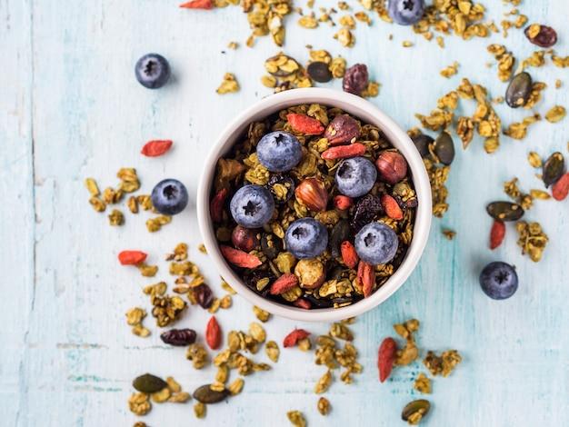 Hausgemachte matcha grüntee granola in schüssel.