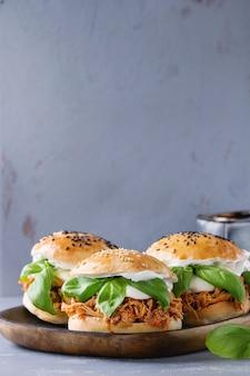 Hausgemachte miniburger mit gezogenem hühnchen