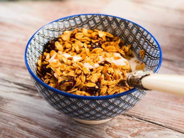 Hausgemachte müslischüssel mit joghurt auf tabelle