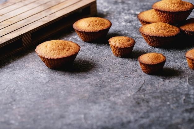 Hausgemachte muffins auf dunklem texturhintergrund