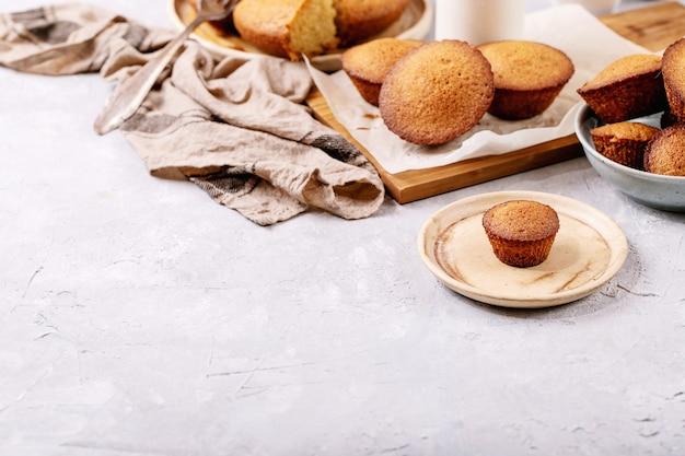 Hausgemachte muffins auf weißem texturhintergrund