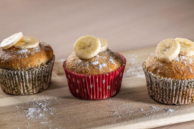 Hausgemachte muffins mit banane, süßes frühstück