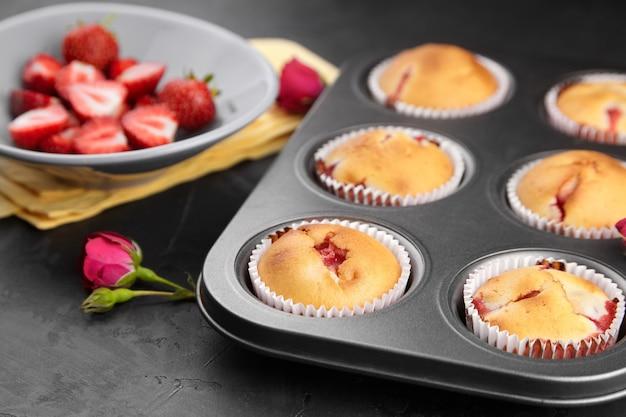 Hausgemachte muffins mit frischen reifen erdbeeren