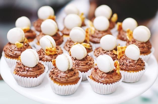 Hausgemachte muffins mit makronen.