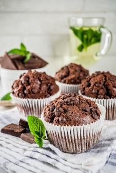 Hausgemachte muffins mit minze und schokolade