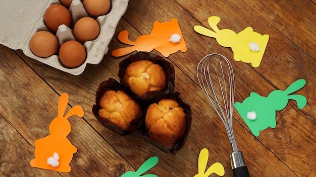 Hausgemachte muffins mit mit papierkaninchen.