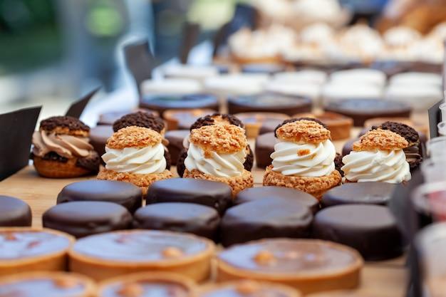 Hausgemachte muffins mit schokolade und sahne.
