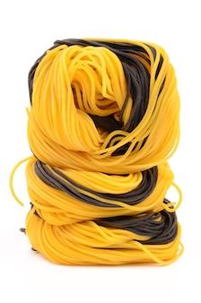 Hausgemachte nudeln gelb und schwarz
