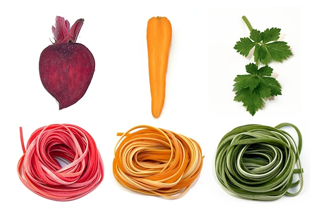 Hausgemachte nudeln in verschiedenen farben und pflanzenfarben für sie auf weiß